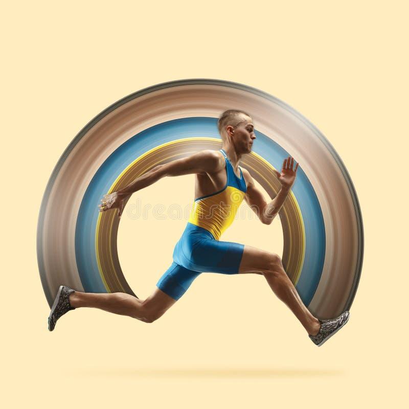 Młody caucasian mężczyzny bieg, jogging odizolowywający na żółtym pracownianym tle lub ilustracja wektor