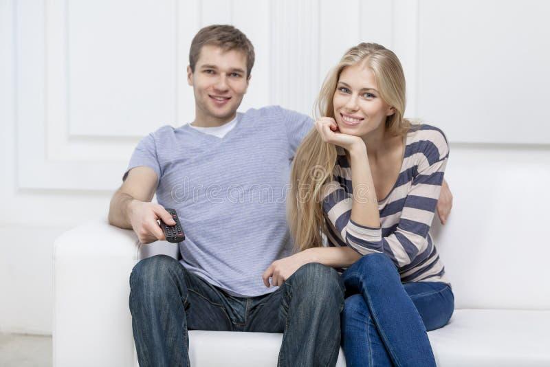 Młody caucasian pary obsiadanie na leżance fotografia royalty free
