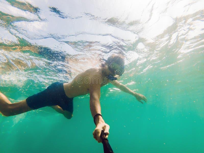 Młody caucasian snorkeling mężczyzna pod wodnym selfie Tajlandia fotografia royalty free