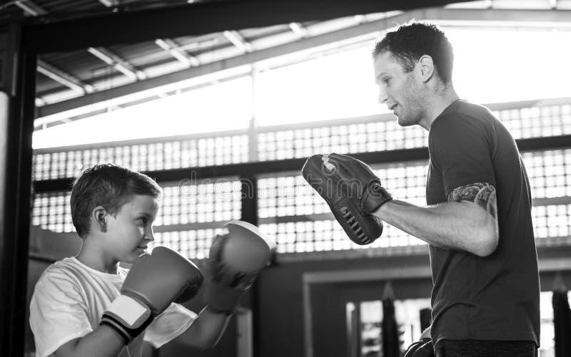 Młody chłopiec boks z jego nauczycielem zdjęcia royalty free
