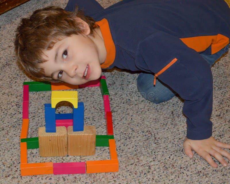 Młody chłopiec budynek Z Drewnianymi blokami obrazy royalty free