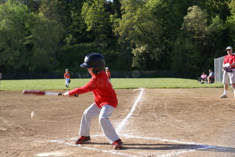 Młody chłopiec chlanie przy baseballem. zdjęcie royalty free