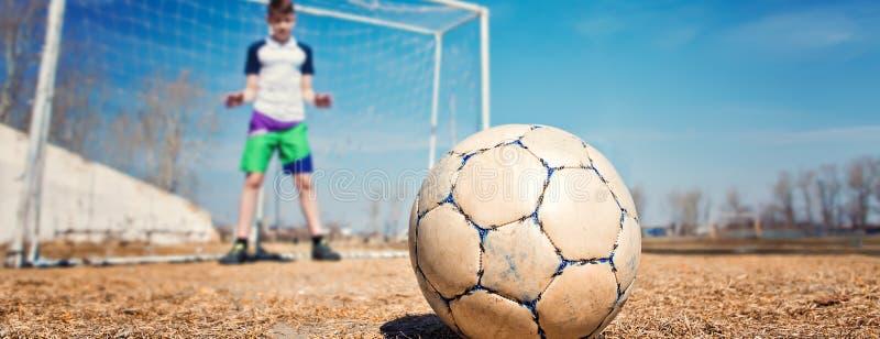 Młody chłopiec nastolatka bramkarz łapie piłkę obraz stock