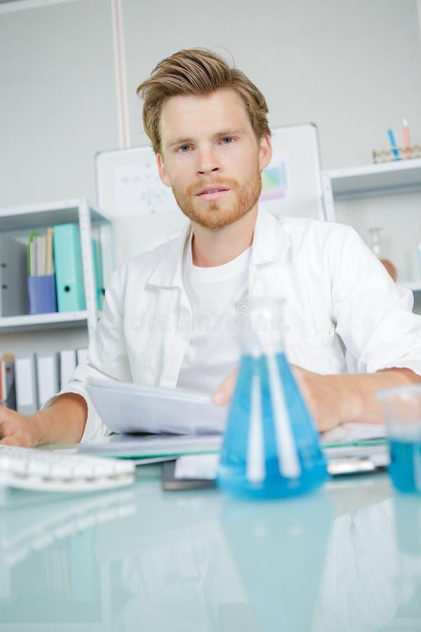 Młody chemik robi badaniu obraz royalty free