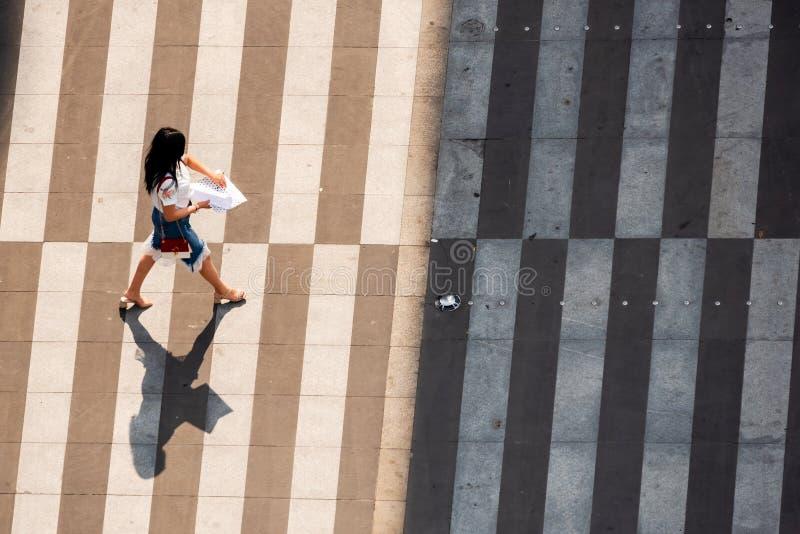 Młody chiński kobiety odprowadzenie na zebry skrzyżowaniu zdjęcie stock