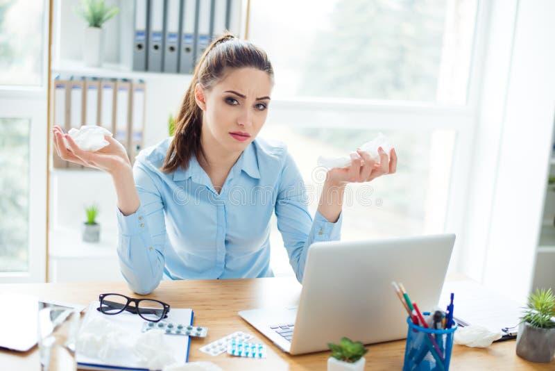 Młody chory biznesowej kobiety ekonomista jest smutny przy miejscem pracy w moder obraz stock
