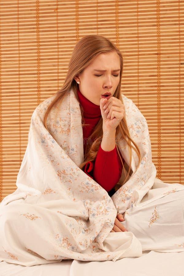 Młody chory kobiety kasłanie gdy dostać zimno i grypę - choroba strajk zdjęcia stock