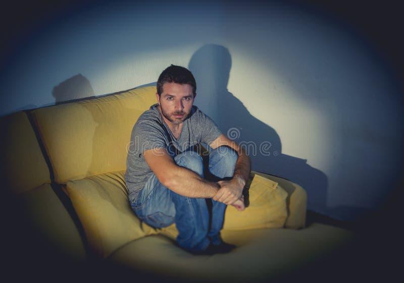 Młody chory przyglądający mężczyzna cierpienia zaburzenia psychiczne lub depresja zdjęcie royalty free
