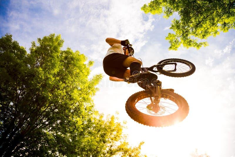 Młody cyklista robi krańcowemu skokowi obrazy stock