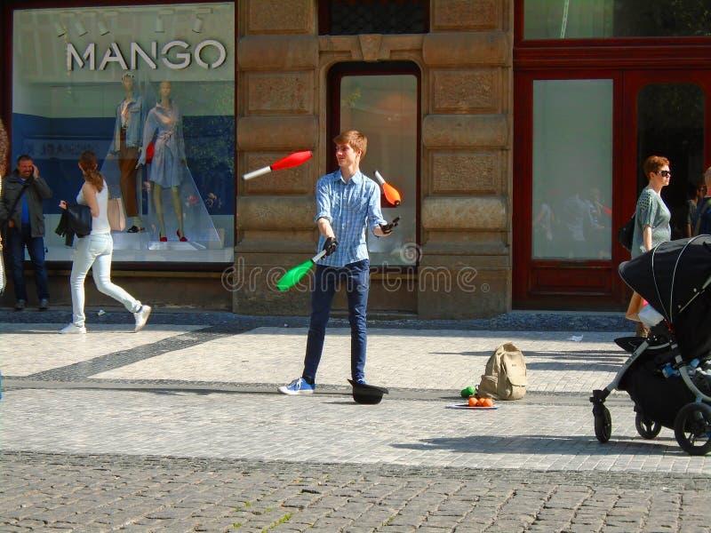 Młody człowiek żongluje w ulicie Praga, zdjęcia stock