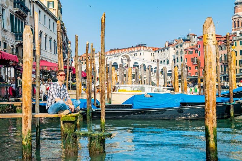 Młody człowiek bada Wenecja obrazy royalty free
