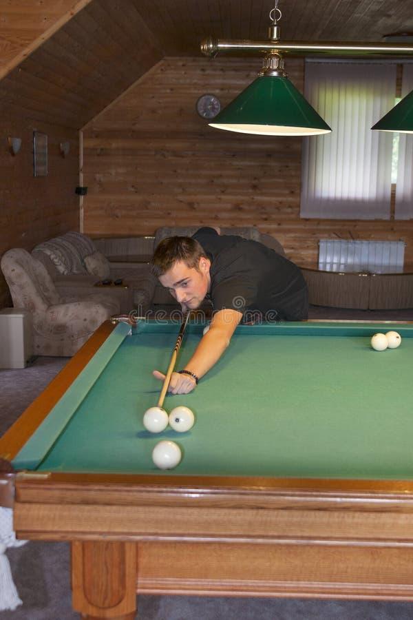 Młody człowiek bawić się billiards zdjęcie royalty free