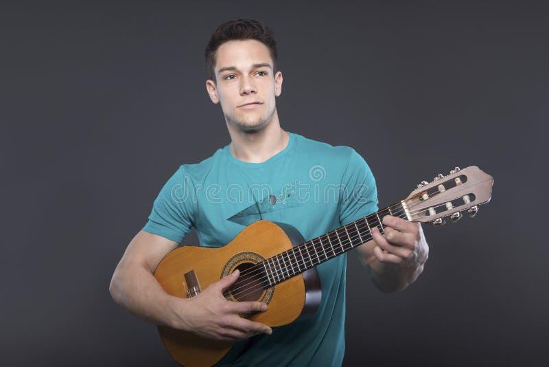 Młody Człowiek Bawić się gitarę zdjęcie royalty free