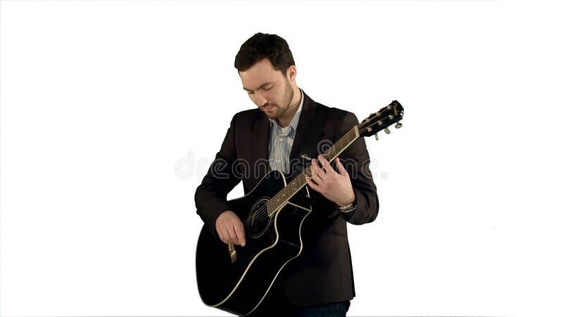 Młody człowiek bawić się gitarę na białym tle odizolowywającym zdjęcie royalty free