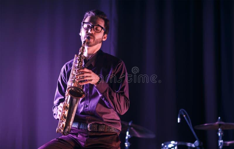 Młody człowiek bawić się na saksofonie fotografia royalty free