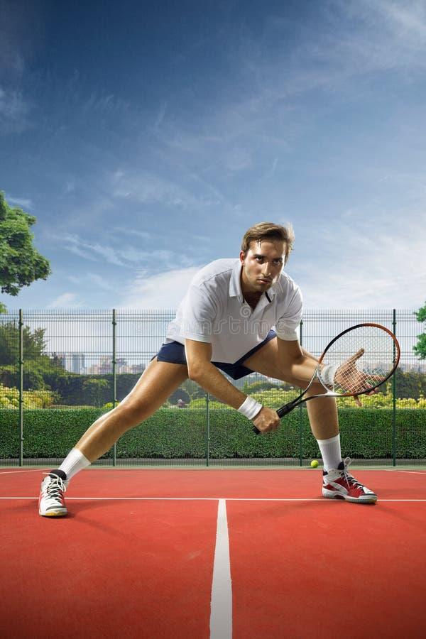 Młody człowiek bawić się tenisa obraz stock