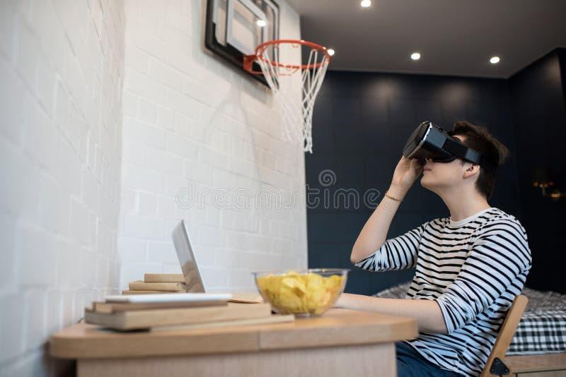 Młody Człowiek Bawić się VR grę fotografia royalty free