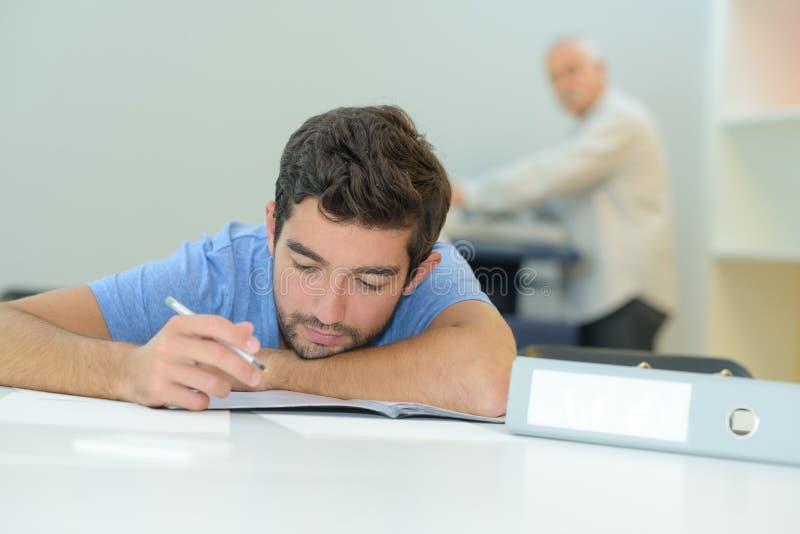 Młody człowiek bierze egzamin zdjęcia stock