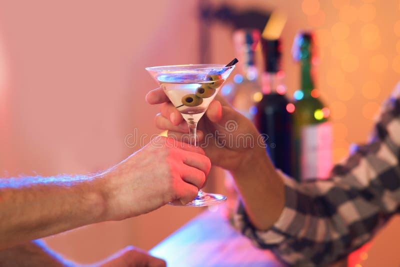 M?ody cz?owiek bierze Martini koktajl od barmanu w pubie obraz royalty free