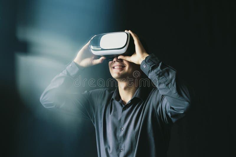 Młody człowiek był ubranym wirtualnych szkła obraz royalty free