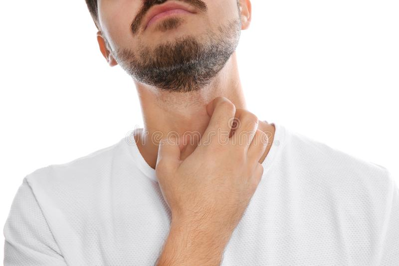Młody człowiek chrobotliwa szyja na białym tle, zbliżenie zdjęcia royalty free
