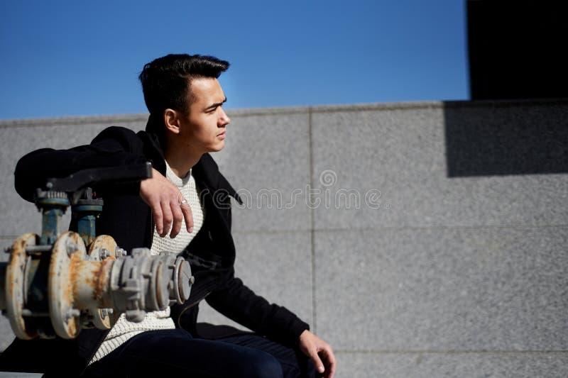 Młody człowiek, cienki Z ciemnego włosy i brązu oczami Portret Model atrakcyjny pojawienie Pojęcie ludzie wewnątrz zdjęcia royalty free