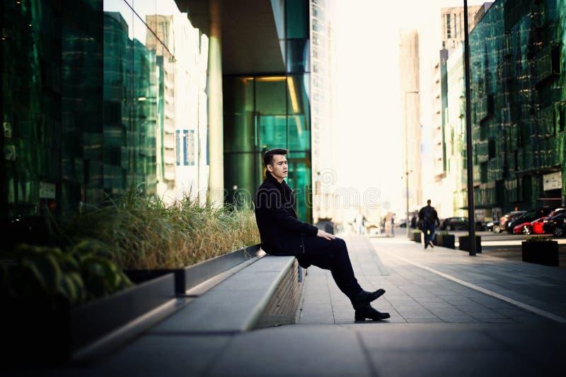 Młody człowiek, cienki Z ciemnego włosy i brązu oczami Portret Model atrakcyjny pojawienie Pojęcie ludzie wewnątrz zdjęcie stock
