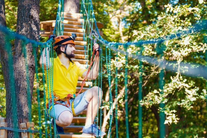 Młody człowiek cieszy się aktywnego czas wolnego w krańcowym arkana parku obrazy stock
