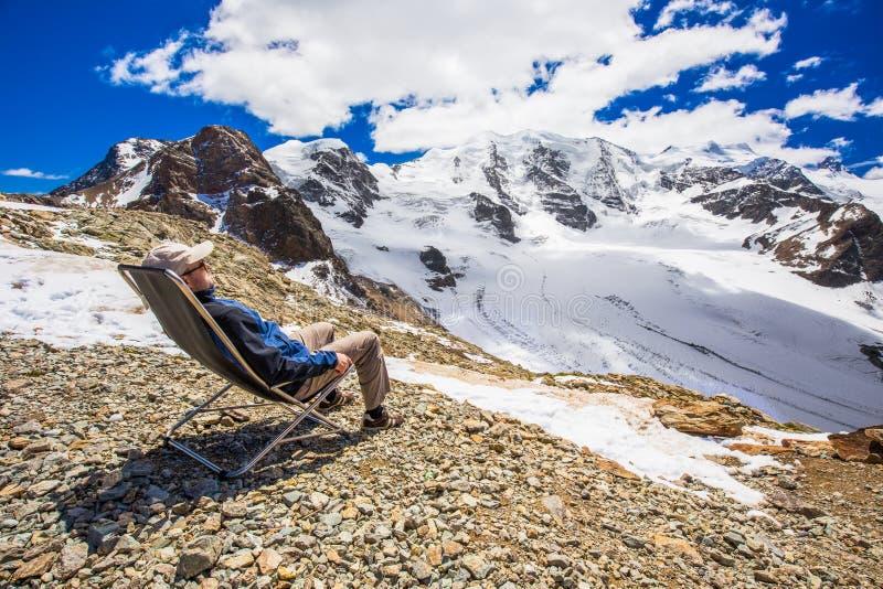 Młody człowiek cieszy się oszałamiająco widok Morteratsch lodowiec zdjęcia stock