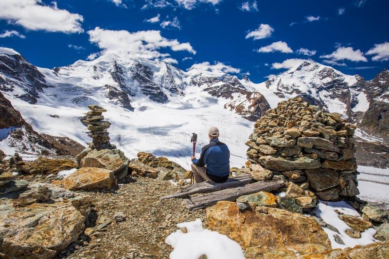 Młody człowiek cieszy się oszałamiająco widok Morteratsch lodowiec fotografia royalty free