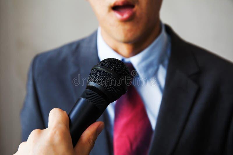 Młody człowiek czuje niezręczny dostawać pytać dziennikarzem na isola fotografia royalty free