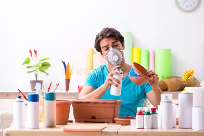 Młody człowiek dekoruje garncarstwo w klasie fotografia stock