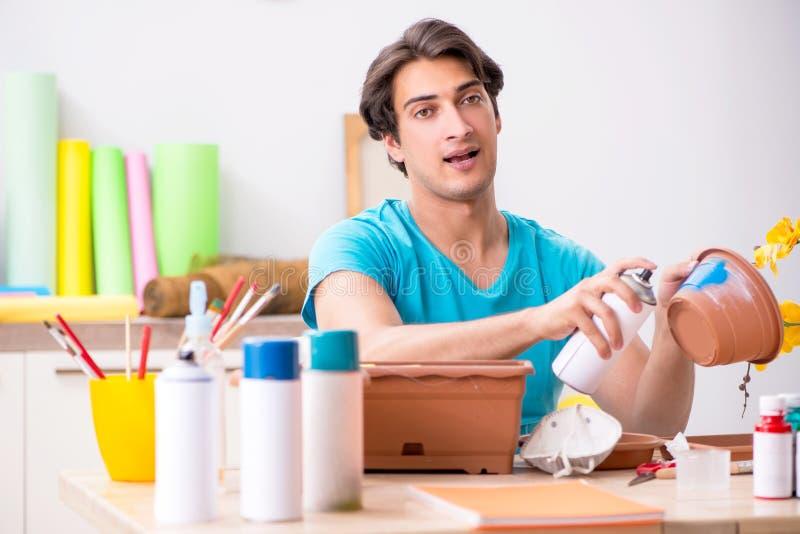 Młody człowiek dekoruje garncarstwo w klasie zdjęcia stock