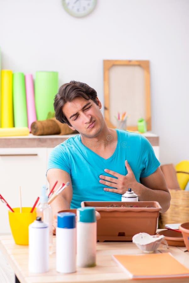 Młody człowiek dekoruje garncarstwo w klasie zdjęcie stock