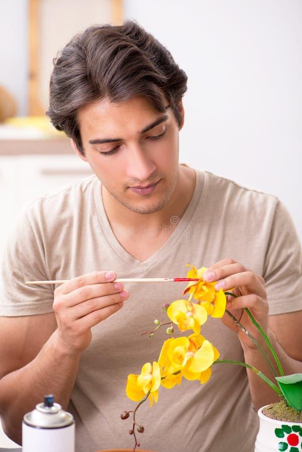 Młody człowiek dekoruje garncarstwo w klasie obrazy royalty free