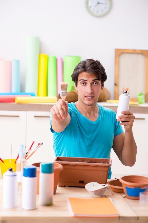 Młody człowiek dekoruje garncarstwo w klasie zdjęcia royalty free