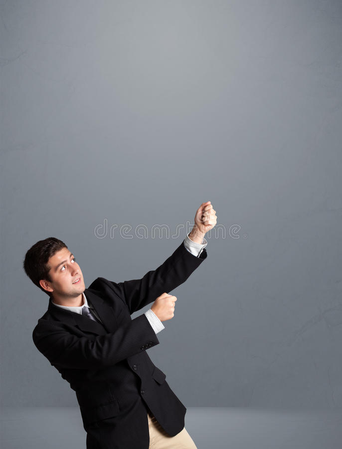 Młody człowiek gestykuluje z kopii przestrzenią zdjęcia royalty free