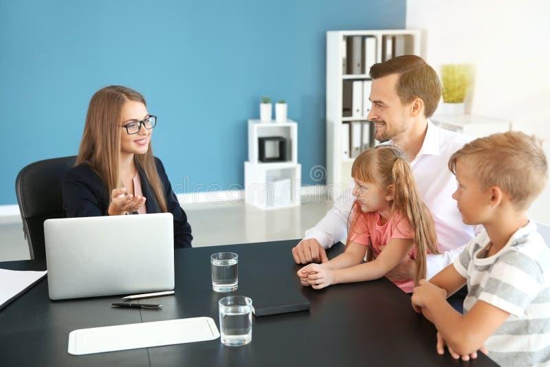 Młody człowiek i jego dzieci spotyka headmistress przy szkołą obraz royalty free