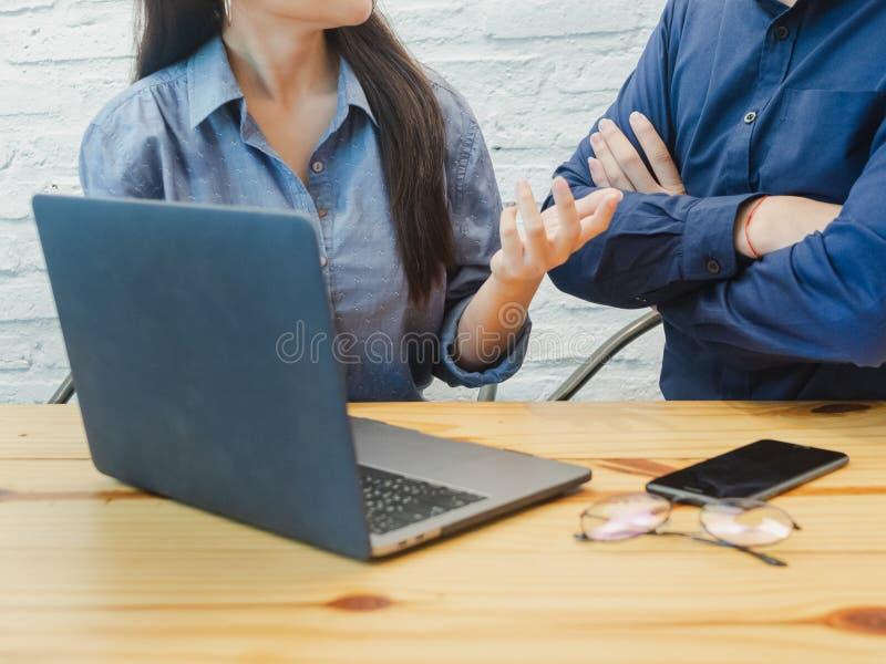 Młody człowiek i kobieta pracuje w biurze Biznesowa kobieta wyjaśnia projekt biznesowy mężczyzna Coworking, praca zespołowa, bizn obrazy stock