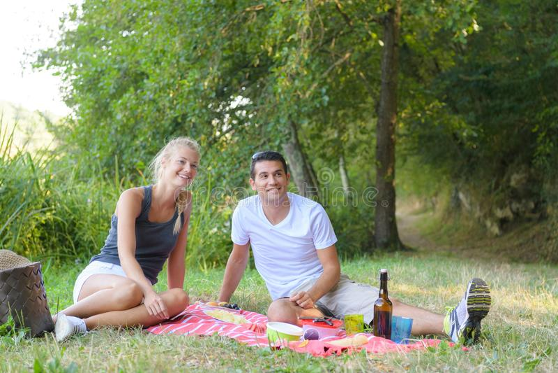 Młody człowiek i kobieta przy pinkinem obrazy stock