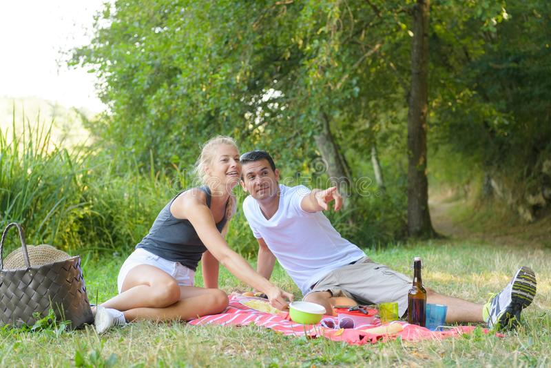 Młody człowiek i kobieta przy pinkinem zdjęcia royalty free
