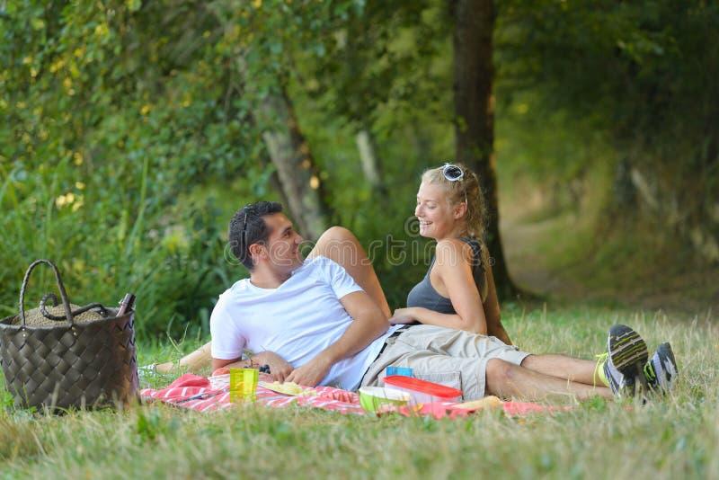 Młody człowiek i kobieta przy pinkinem zdjęcie royalty free