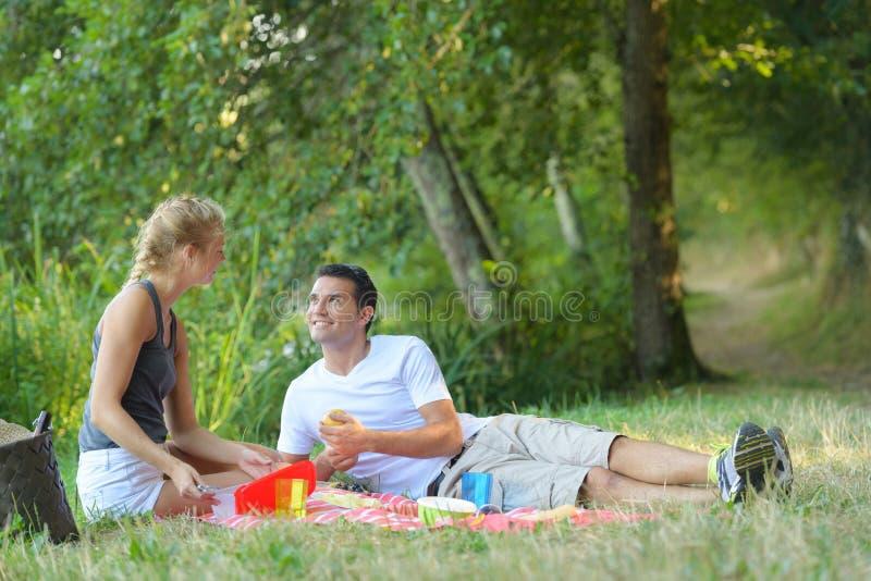 Młody człowiek i kobieta przy pinkinem obrazy royalty free