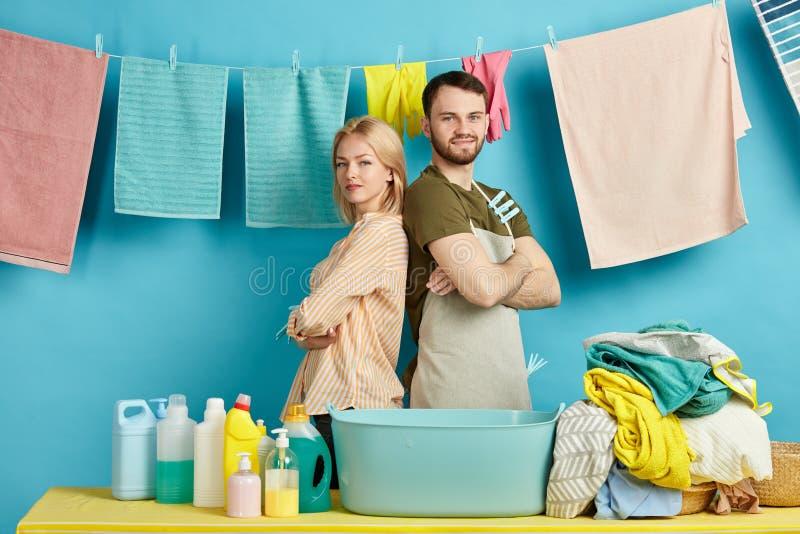 Młody człowiek i kobieta w przypadkowych ubraniach oferujemy ich pomoc fotografia royalty free