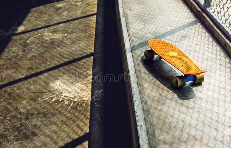 Młody człowiek jeździć na deskorolce krótkopędu zdjęcie royalty free