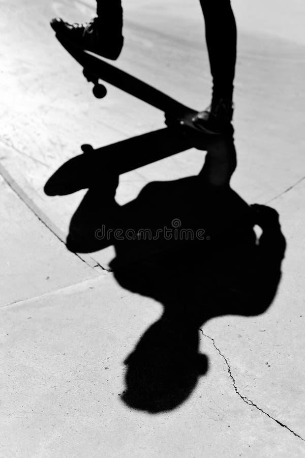 Młody człowiek jeździć na deskorolce, w czarny i biały zdjęcie royalty free