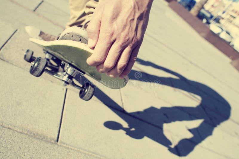 Młody człowiek jeździć na deskorolce, z filtrowym skutkiem obrazy royalty free