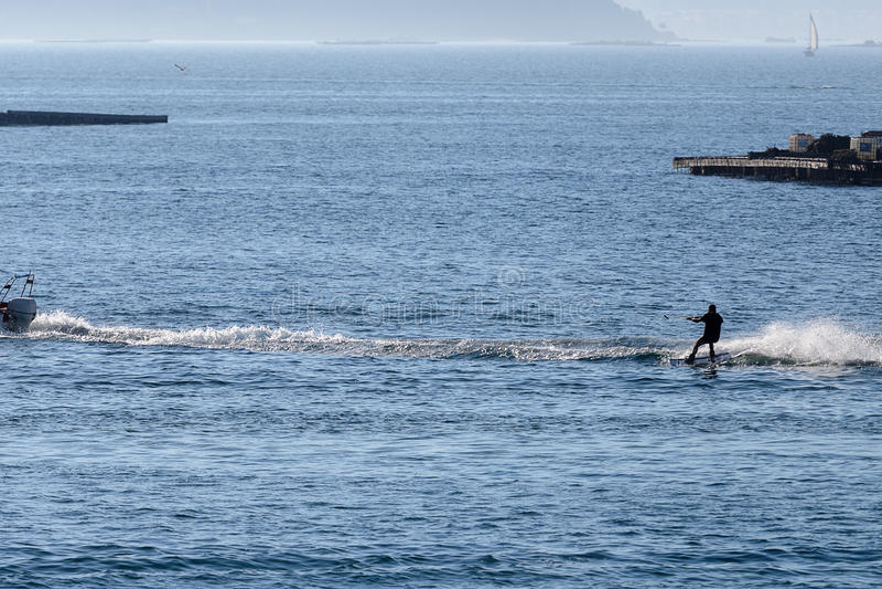 Młody człowiek jest narciarstwem w morzu obraz royalty free