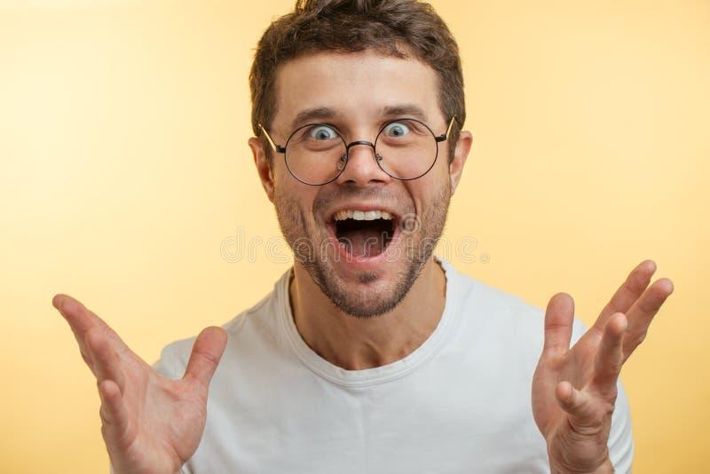 Młody człowiek jest szczęśliwy ponieważ jego żona produkował on dziedzic fotografia stock