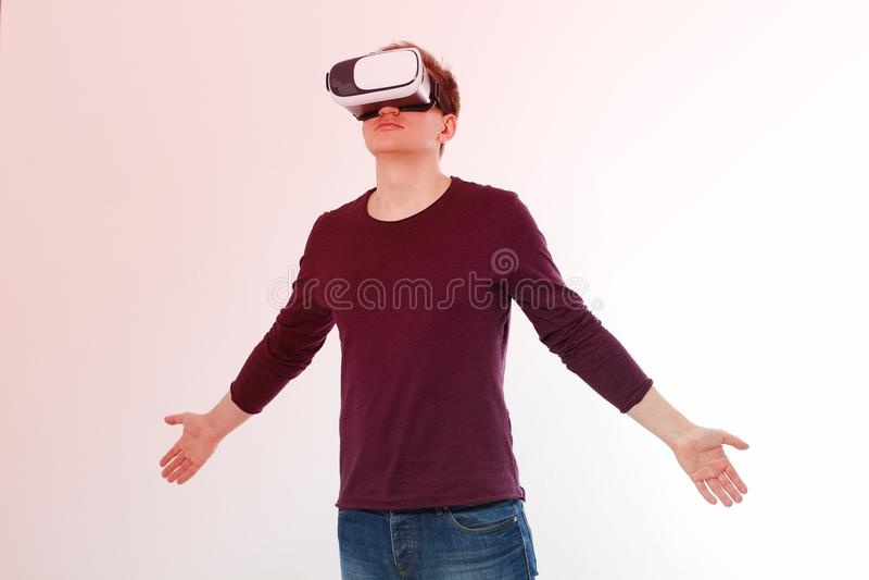 Młody człowiek jest ubranym rzeczywistość wirtualna gogle odizolowywających na białym tle Cyfrowego VR szkła dla 360 gry Szablon  zdjęcia stock